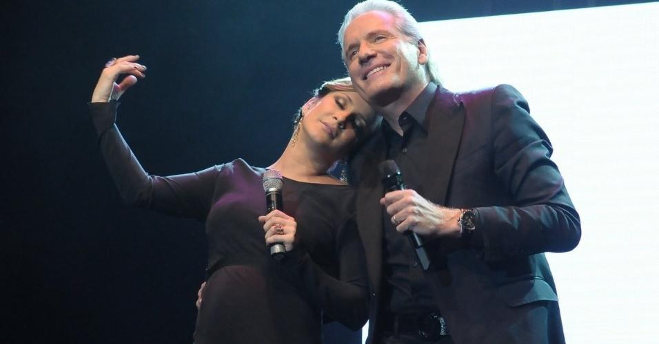 Grávida de oito meses do segundo filho, Claudia Leitte canta ao lado de Roberto Justus em evento beneficente em prol de pessoas com câncer de mama, em São Paulo (29/5/12)