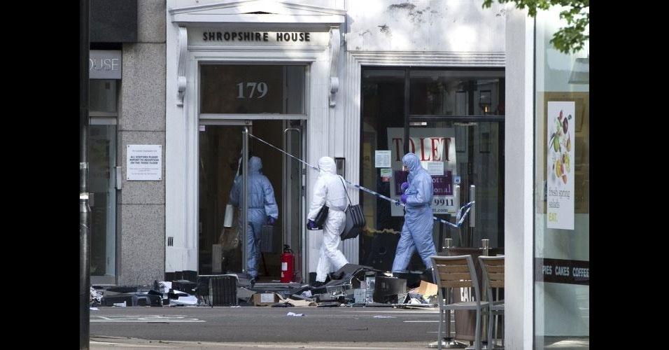 27.abril.2012 - Um homem de 49 anos jogou computadores pela janela do quinto andar após invadir um escritório em Tottenham Court, Londres. Além do estrago material, ele fez quatro reféns e foi detido pela polícia