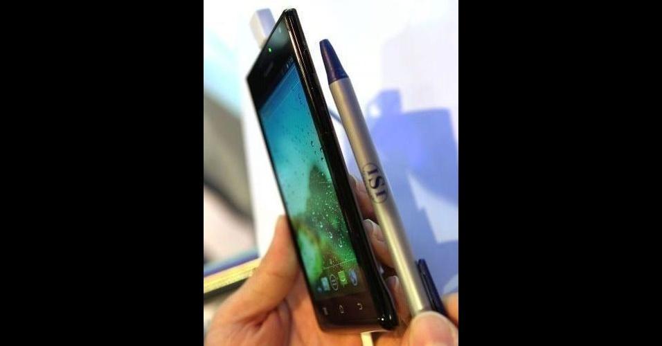11.jan.2012 - O Huawei Ascend P1 S é anunciado pelo fabricante como o smartphone mais fino do mundo. Ele tem 6,68 milímetros enquanto o ''antigo'' mais fino mundo, o Motorola Razr, tem 7,1 milímetros. Além da questão física, ele conta com um processador dual-core de 1,5 Ghz, tela touchscreen de 4,3 polegadas e uma câmera traseira de 8 megapixels. O aparelho já vem embarcado com o sistema Android IceCream Sandwich. Segundo a empresa, ele deve ser lançado no mercado norte americano em abril