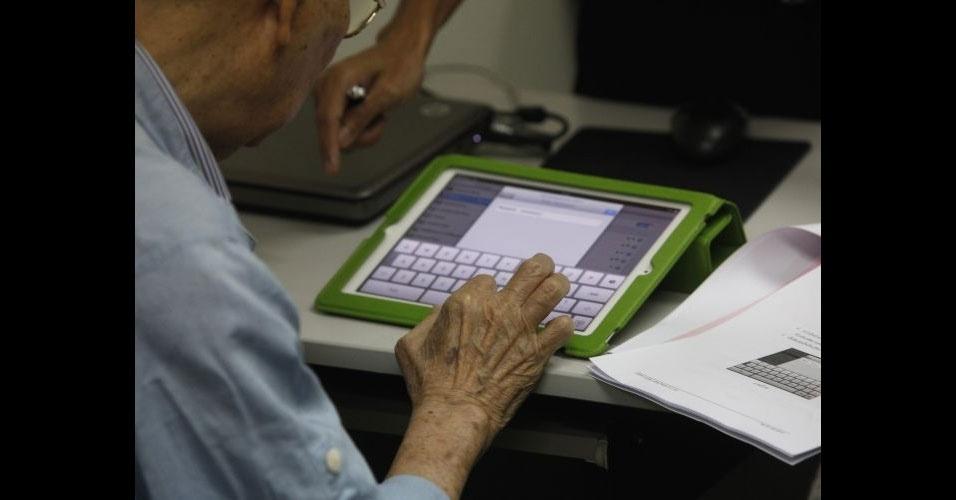 29.mar.2012 - Orasri (frente; esq), 80, e seu marido, Dereck Wangwiwatana, 84, têm aula de iPad para terceira idade. Curso é dado em escola para idosos em um centro de tecnologia da informação (TI) de Bancoc, na Tailândia