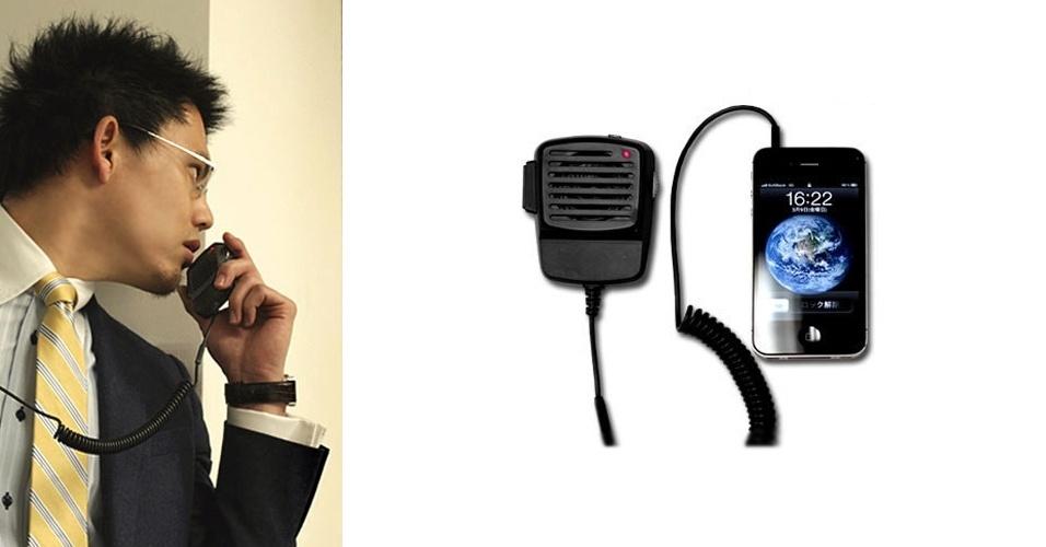 16.mar.2012 - Se toda vez que você assiste àquele seriado policial americano fica com ''invejinha'' do policial falando no radiocomunicador, ''seus problemas acabaram'' (serve também para quem não tem Nextel). A japonesa Strapya World criou o iPhone Transceiver (US$ 20), que transmite as ligações do smartphone para um dispositivo que imita um radiocomunicador: você aperta o botão, fala, solta o botão e ''câmbio''. O botão multifunções funciona também para atender uma ligação ou acionar o Siri, assistente virtual da Apple