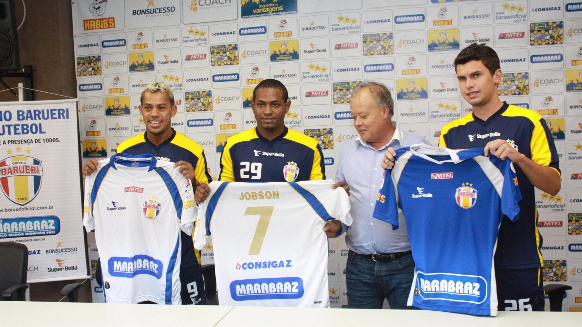 Jóbson segura a camisa 7 do Grêmio Barueri ao lado do presidente Domingos Brito, do atacante Marcelinho Paraíba e do meia Rafael Chorão