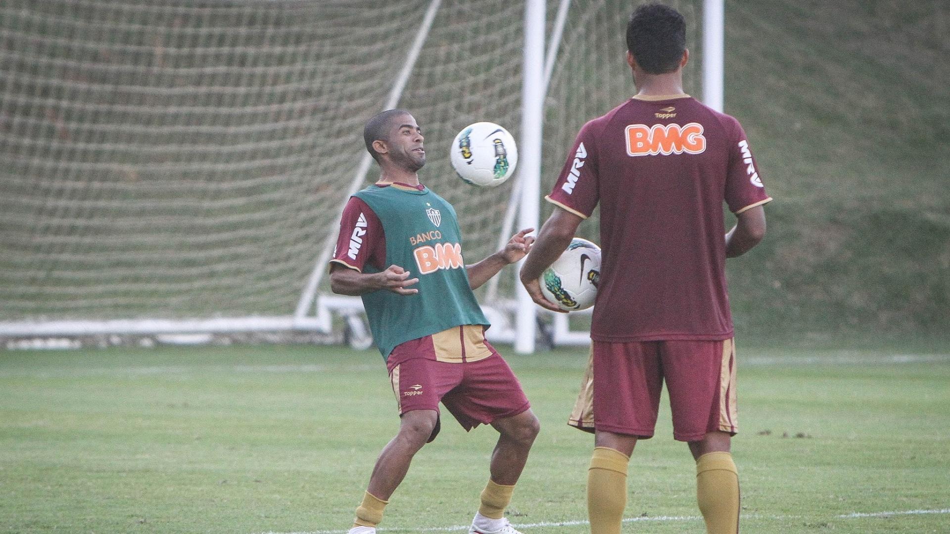 Júnior César durante treinamento do Atlético-MG na Cidade do Galo (29/5/2012)