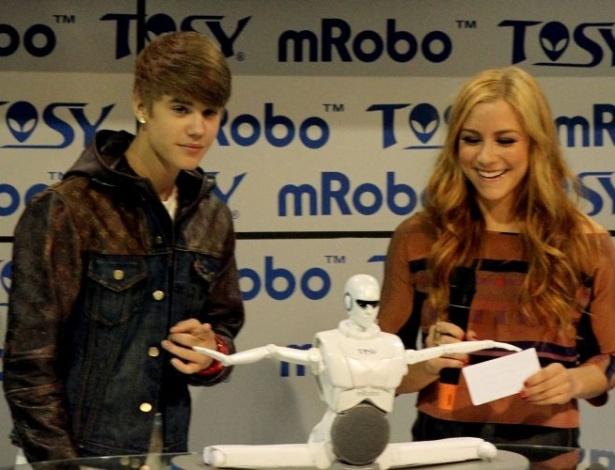 17.jan.2012 - O cantor Justin Bieber foi convidado pela Tosy, empresa vietnamita de robôs, para apresentar o mRobo Ultra Bass, um robô que dança conforme a música. A presença do cantor durante a CES 2012, feira de tecnologia realizada em Las Vegas, causou filas e a revolta de fãs que faziam fila para tocá-lo