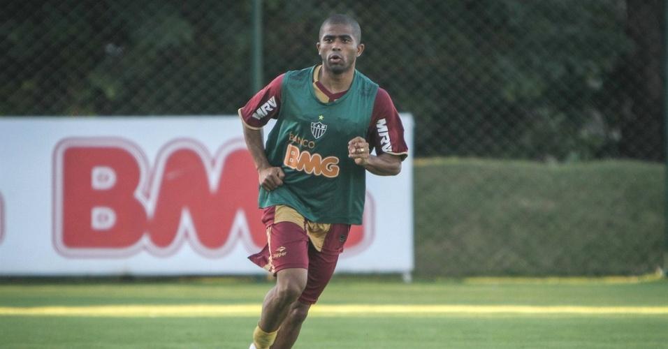 Lateral Júnior César participa de treino do Atlético-MG na Cidade do Galo (29/5/2012)