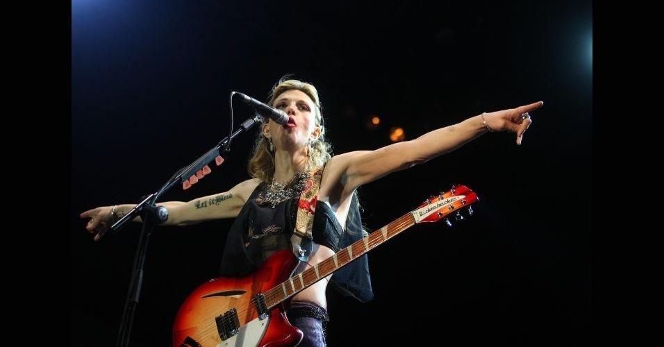 Mães e redes sociais podem não ser uma combinação feliz - principalmente se sua mãe for a cantora Courtney Love (foto). Esse é o caso de Frances Bean, 19. A jovem foi mencionada diversas vezes no Twitter de sua mãe (já deletado), em acusações pesadas de um suposto relacionamento entre a garota e Dave Grohl, 43 (ex-baterista do Nirvana, hoje no Foo Fighers). Grohl negou tudo