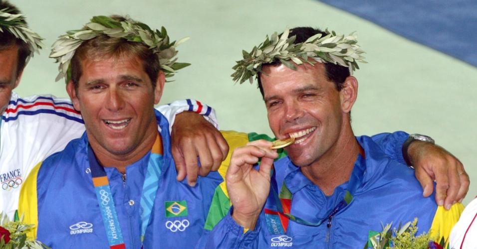 Marcelo Ferreira (e) e Torben Grael comemoram a conquista da medalha de ouro nos Jogos Olímpicos de Atenas-2004