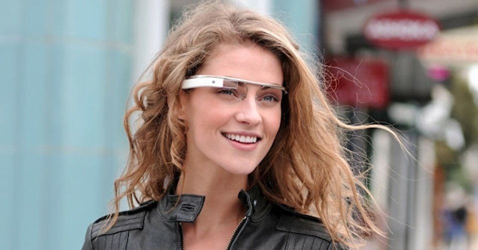 Mulher utiliza os óculos protótipo do Google, o Project Glass