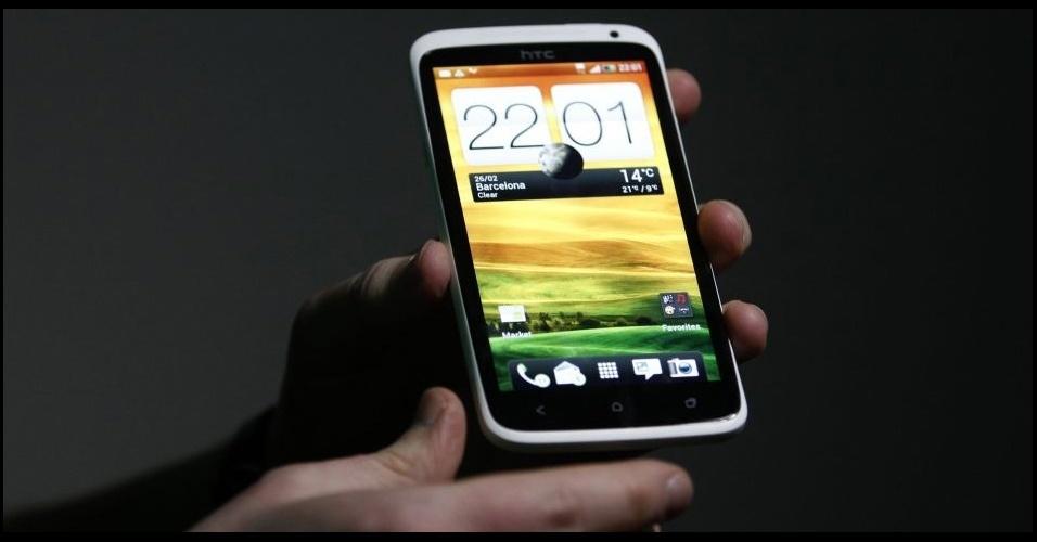 28.fev.2012 - O aparelho HTC One X tem processador de quatro núcleos, câmera de 8 megapixels e roda a plataforma Android 4.0 (Ice Cream Sandwich). Seu grande trunfo é a capacidade de gravar vídeos e capturar fotos simultaneamente. O modelo foi apresentado no Mobile World Congress, em Barcelona (Espanha)