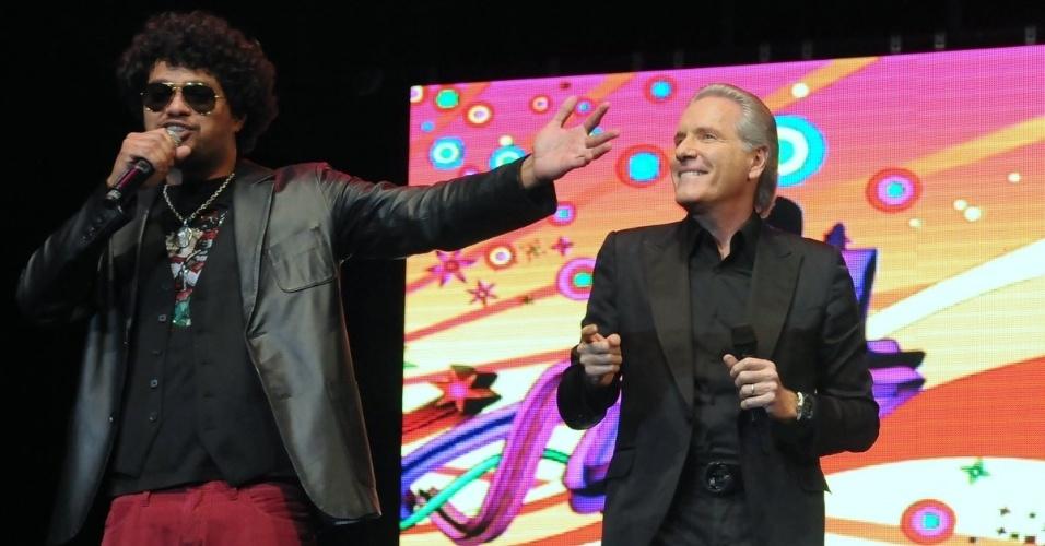 O cantor Leo Maia e Roberto Justus se apresentam em evento beneficente em prol de pessoas com câncer de mama, em São Paulo (29/5/12)