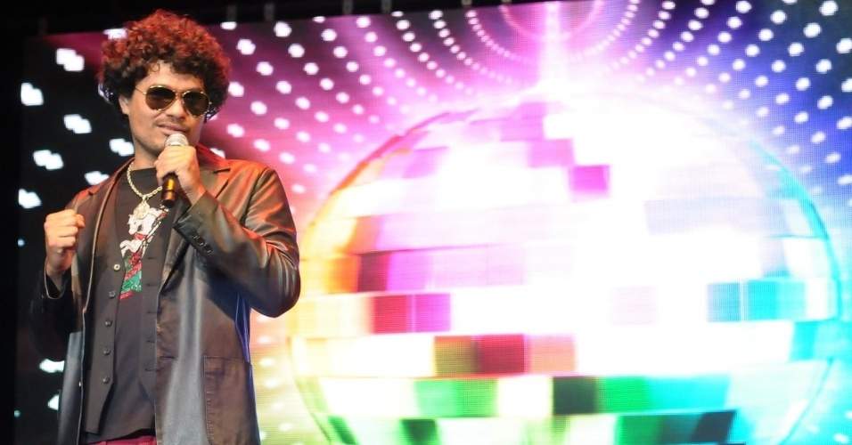O cantor Leo Maia se apresenta em evento beneficente em prol de pessoas com câncer de mama, em São Paulo (29/5/12)