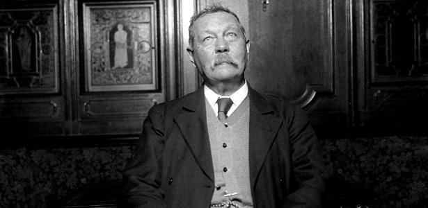 O escritor escocês Arthur Conan Doyle, criador do detetive Sherlock Holmes, em sua casa no ano de 1922. - Ap Photo