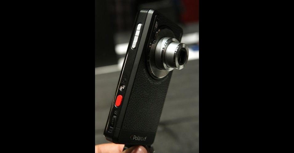 11.jan.2012 - Polaroid SC1630 Smart Camera é uma câmera digital com sistema operacional Android, como explica a própria marca. Na verdade, o equipamento da Polaroid é um smartphone com uma câmera potente de 16 megapixels. O aparelho deve ser lançado nos Estados Unidos no mês de abril por US$ 299 (cerca de R$ 540)