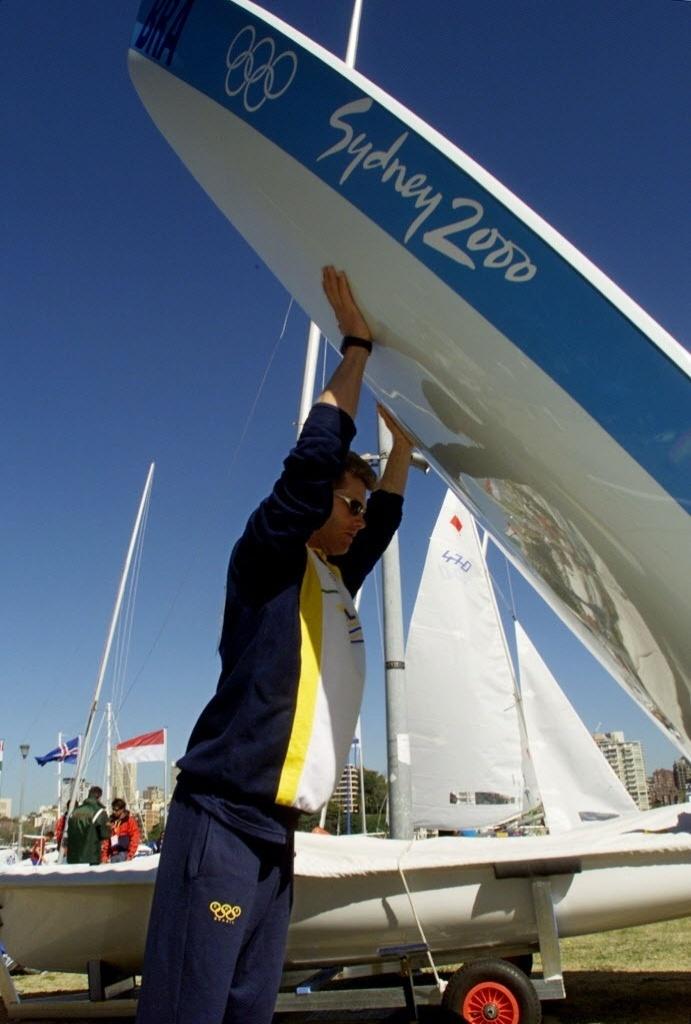 Robert Scheidt ergue embarcação durante os Jogos Olímpicos de Sydney, em que terminou com a prata na Laser