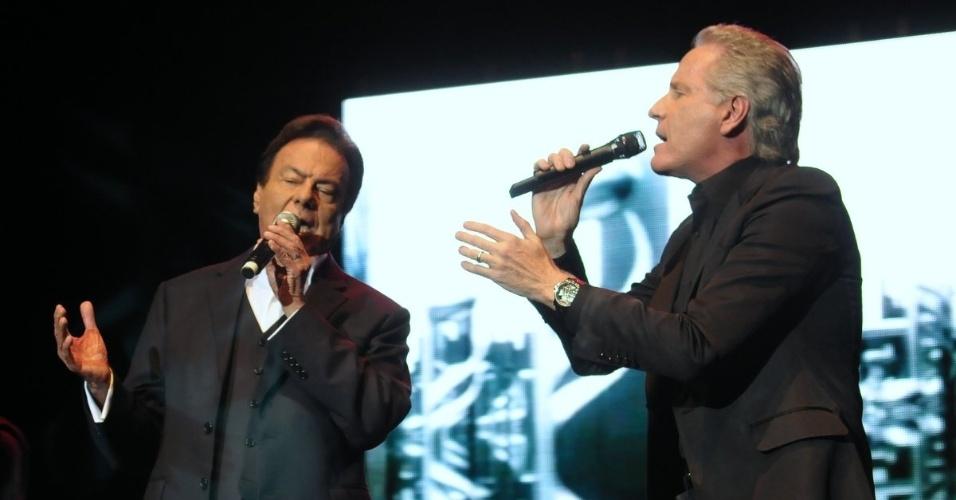 Roberto Justus canta ao lado de Agnaldo Rayol em evento beneficente em São Paulo (29/5/12)