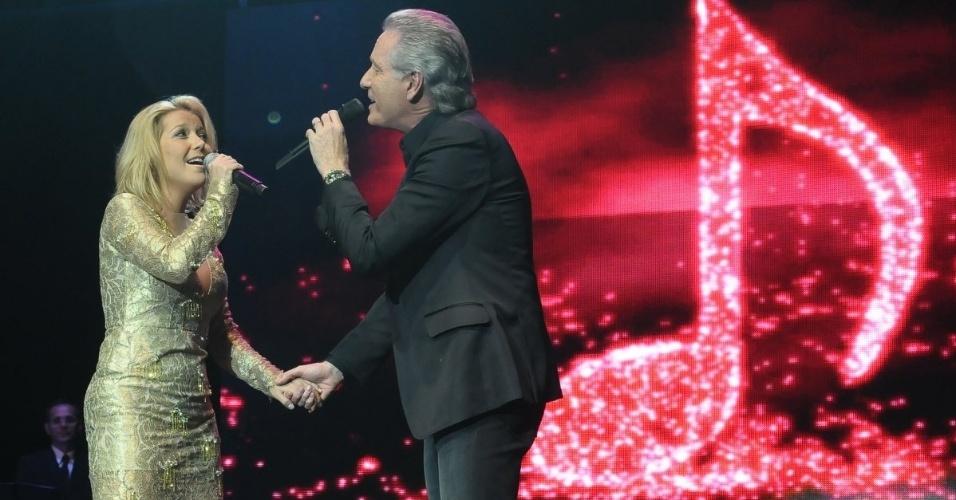 Roberto Justus canta ao lado de Luiza Possi em evento beneficente em prol de pessoas com câncer de mama, em São paulo (29/5/12)