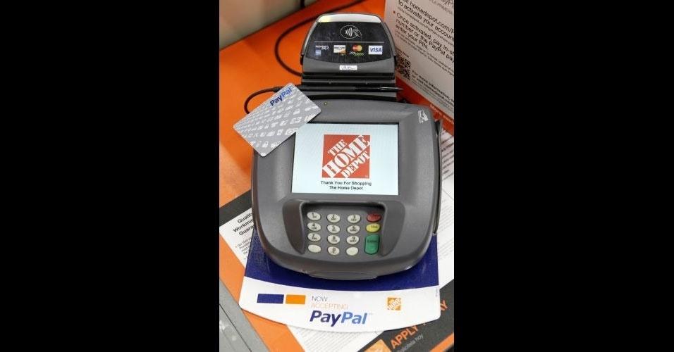 22.fev.2012 - O site de pagamento eletrônico PayPal disponibiliza em lojas físicas dos EUA uma máquina para os clientes fazerem pagamento utilizando esse serviço. A novidade já é testada na rede Home Depot e, até o final do ano, o objetivo é disponibilizar essas máquinas em 20 grandes redes
