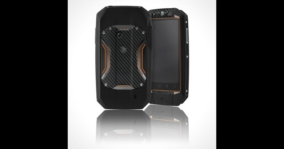 """15.mar.2012 - Para quem acha que sair por aí desfilando com um iPhone 4S é """"chique"""", saiba que já existem outros competidores de peso (e marca). A Tag Heuer lançou o Racer, smartphone de luxo que custa a """"bagatela"""" de US$ 3.700 (quase R$ 6.700). Com design inspirado nos carros GT e Formula 1, o aparelho é feito de fibra de carbono e titânio e revestido com material emborrachado para resistência a quedas. Por enquanto, a empresa só diz que ele tem """"processador de alta velocidade e a última versão do Android"""". Além disso, ele exibe imagens em 3D"""