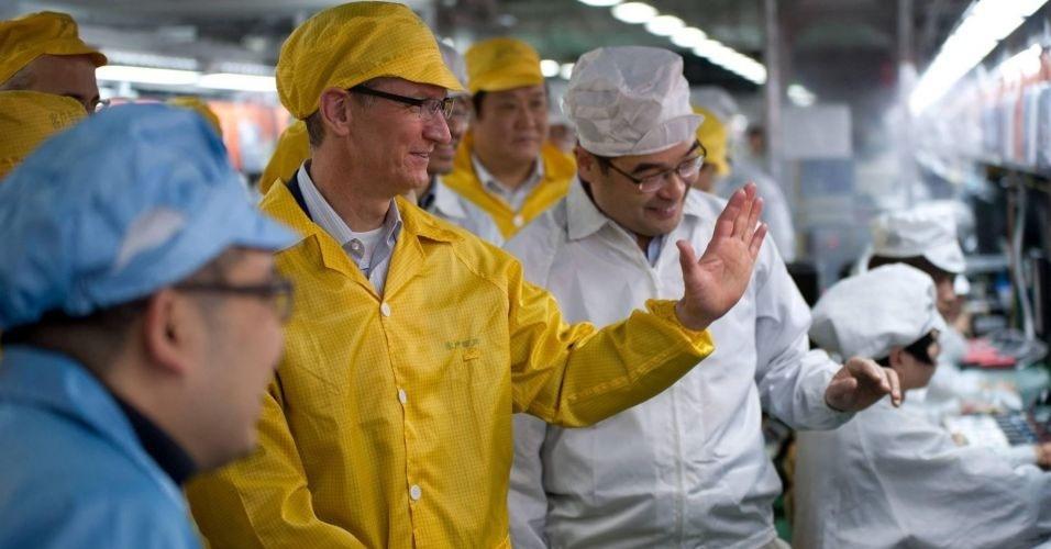 29.mar.2012 - Recentemente, a Apple pediu a uma associação de direitos trabalhistas para verificar as condições de trabalho nas fábricas da Foxconn. Em uma série de reportagens, o ''New York Times'' denunciou as más condições de trabalho nas fábricas da Foxconn na China. Na imagem, Tim Cook, diretor-executivo da Apple, passeia por fábrica da Foxconn em Zhengzhou
