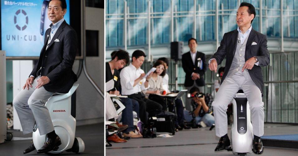 15.mai.2012 - Mamoru Mori, diretor-executivo do Museu Nacional de Tecnologia Emergente e Inovação (Miraikan) e ex-astronauta, demonstra o UNI-CUB. O veículo pessoal, criado pela Honda, anda a até 6km/h e muda de direção quando a pessoa joga o peso de seu corpo para um lado ou para o outro -- ou seja, é guiado pelo condutor sem precisar usar as mãos. Ainda não há data de lançamento prevista