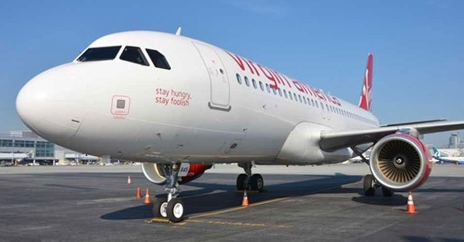 """24.jan.2011 - A companhia aérea Virgin America deu a um de seus aviões, um Airbus A320, o nome """"Stay Hungry, Stay Foolish"""" (algo como """"continuem famintos, continuem bobos""""). A frase em homenagem a Steve Jobs foi dita pelo cofundador da Apple durante uma cerimônia de formatura da Universidade de Stanford. Segundo o site MSNBC, o nome surgiu como resultado de uma competição interna dos funcionários da empresa. O avião opera desde o ano passado"""