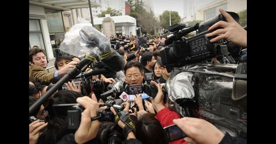 22.fev.2012 - Xie Xianghui, advogado da empresa Proview Technology (Shenzhen), é abordado por jornalistas ao sair do tribunal de Shanghai Pudong. A companhia chinesa se diz detentora do nome iPad e quer que a Apple pague uma indenização de US$ 2 bilhões