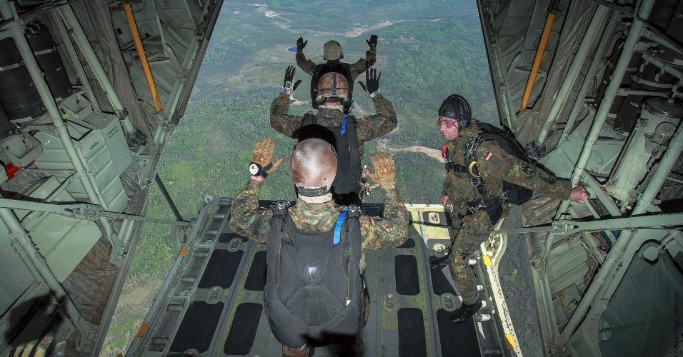 30.mai.2012 - Paraquedistas das forças especiais do Exército Alemão saltam da aeronave C-130 Hércules da FAB (Força Aérea Brasileira), em Cold Lake, Canadá. Esta é a primeira vez que uma aeronave de transporte brasileira cumpre esse tipo de missão em um exercício operacional internacional