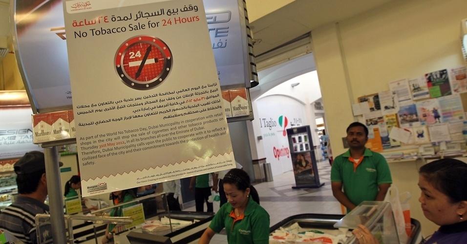 31.mai.2012 - Banner anuncia suspensão de venda de cigarros por 24 horas nos Emirados Árabes em razão do Dia Mundial sem Tabaco. Quase 300 lojas adotaram a medida durante o dia criado pela Organização Mundial de Saúde (OMS) para mostrar os malefícios do cigarro para a saúde