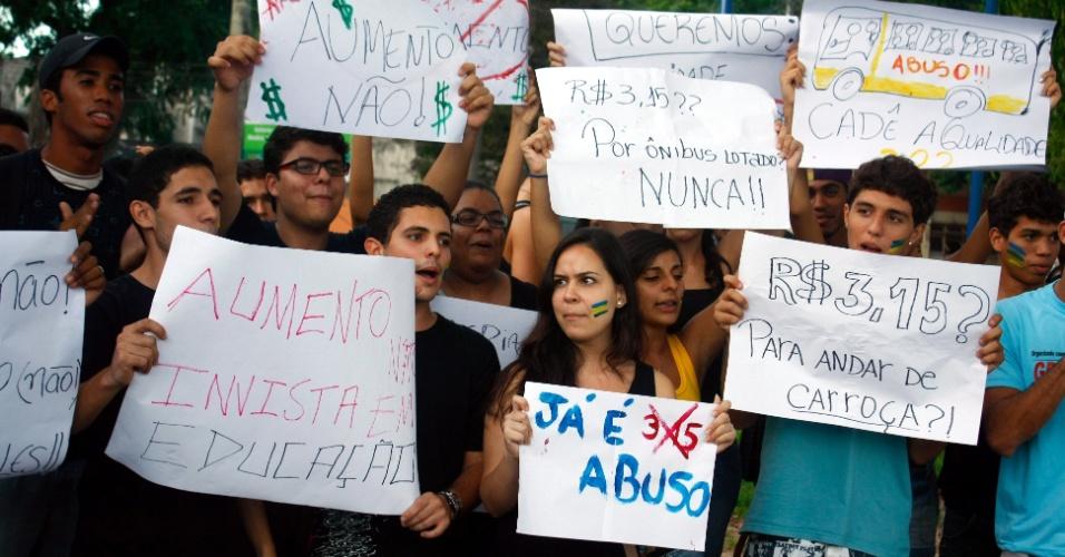 31.mai.2012 - Estudantes e trabalhadores organizam uma manifestação contra o possível aumento na tarifa dos ônibus em Salvador, Bahia