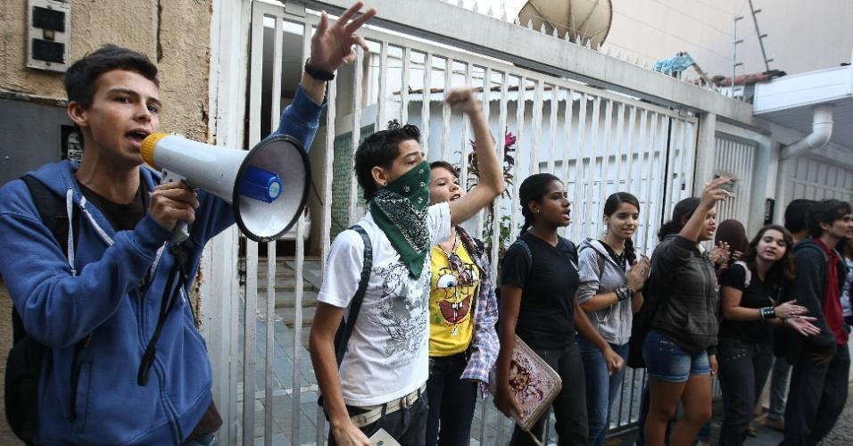 31.mai.2012 - Estudantes protestam nesta terça-feira (31) contra o governador de Goiás, Marconi Perillo, em frente ao prédio da Justiça Federal, em Goiânia (GO), após os depoimentos de testemunhas de acusação e defesa do caso Carlinhos Cachoeira terem sido cancelados