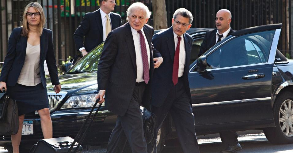31.mai.2012 - Ex-executivo do grupo Goldman Sachs, Rajat Gupta (na frente à direita), chega na corte federal de Manhattan, em Nova York, nesta quinta-feira (31). Ele é acusado de fornecer segredos da empresa para seu colega Raj Rajaratnam, criador do fundo de investimentos Galleon
