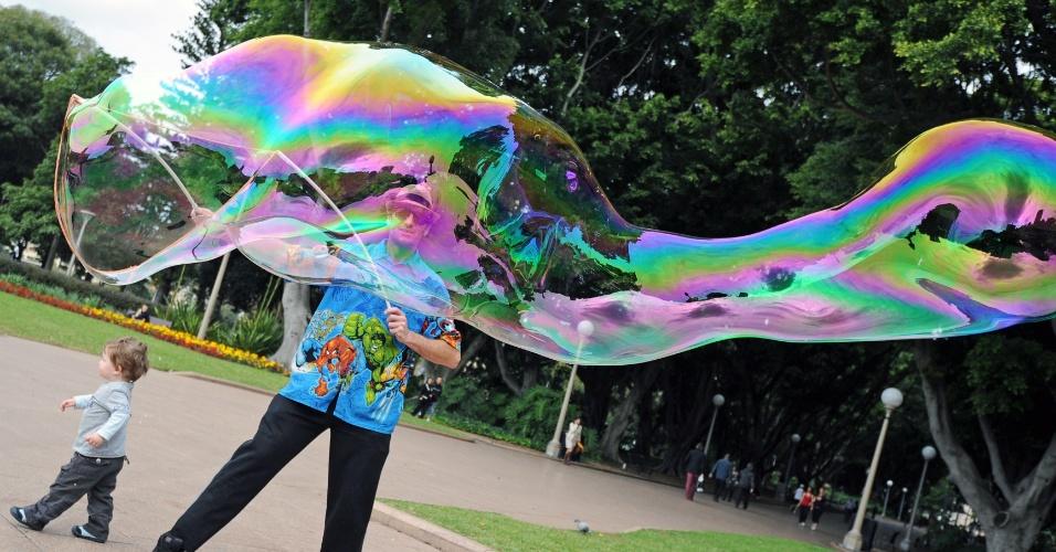 31.mai.2012 - Homem conhecido como Mr. Incredibubble faz bolhas no Hide Park, em Sydney, na Austrália, como forma de ganhar a vida
