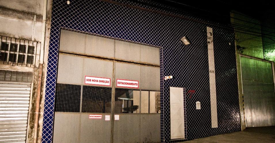 31.mai.2012 - Homens armados invadiram dois estacionamentos e roubaram oito carros na noite de ontem (30) na região da Mooca, na zona leste de São Paulo. A polícia ainda investiga se as duas ações foram praticadas pelo mesmo grupo. Na foto, fachada de um dos estacionamentos, na rua Madre de Deus