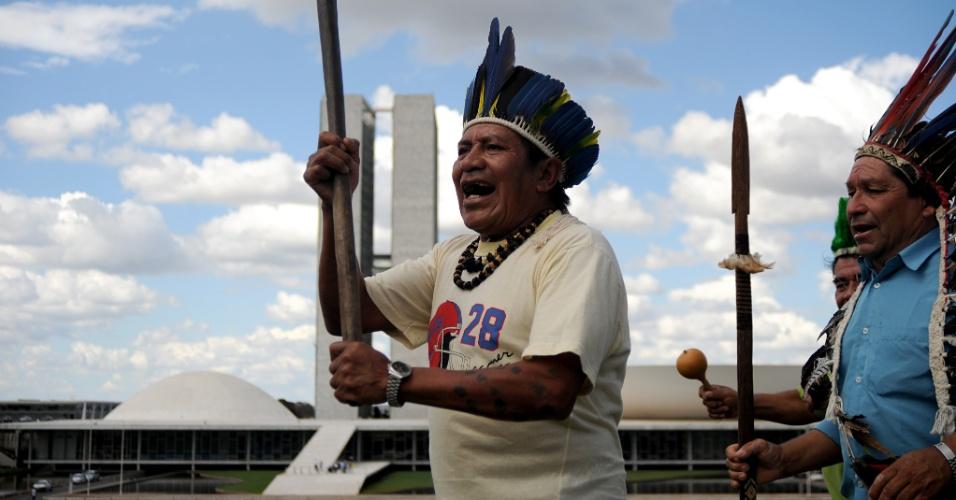31.mai.2012 - Índios dançam em frente ao Congresso Nacional, em Brasília, durante protesto contra a política de demarcação das terras indígenas. Os integrantes das tribos Kaingang, Guarani, Charrua do Rio Grande do Sul, Santa Catarina e Paraná também reivindicam melhoras na saúde