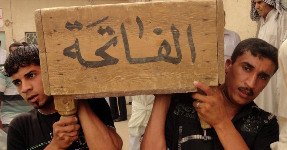 31.mai.2012 - Iraquianos carregam o caixão de um parente que foi morto em um ataque de carro-bomba em Bagdá (Iraque). Pelo menos 20 pessoas foram mortas e dezenas de feridos em ataques com carro-bomba no país desde 5 de janeiro