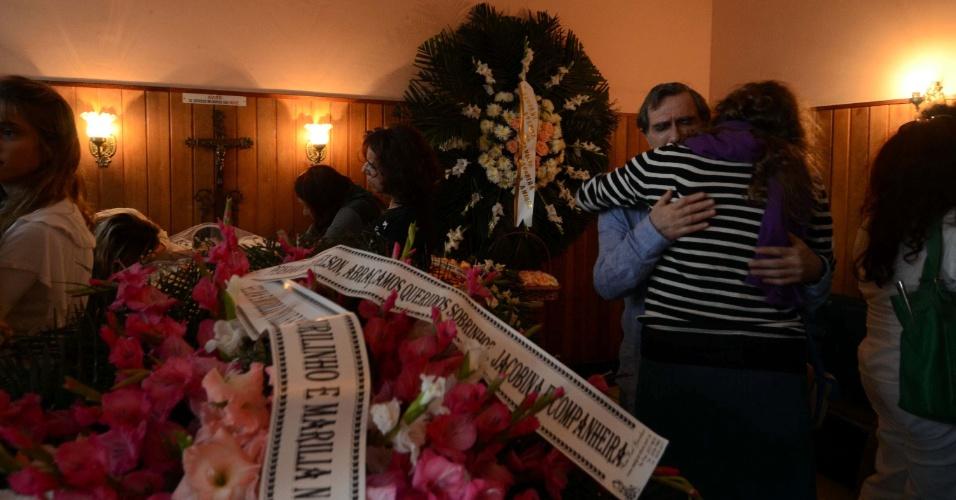 31.mai.2012 - O corpo do músico carioca Nelson Jacobina, falecido nesta quinta-feira (31), é velado no cemitério São João Batista, em Botafogo, no Rio de Janeiro