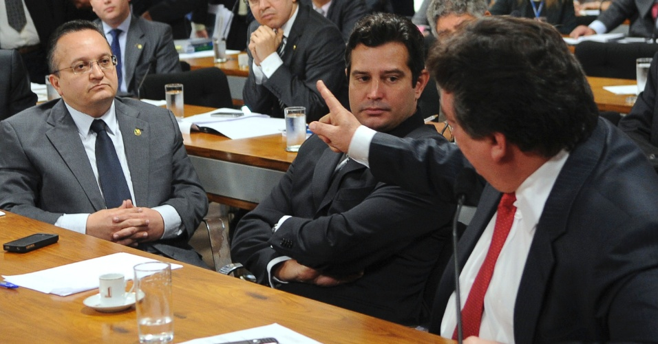 31.mai.2012 - O deputado Sílvio Costa (PTB-PE) se exalta durante reunião da CPI do Cachoeira realizada em Brasília. O encontro terminou em bate-boca, após o senador Demóstenes Torres (sem partido-GO) se recusar a depor