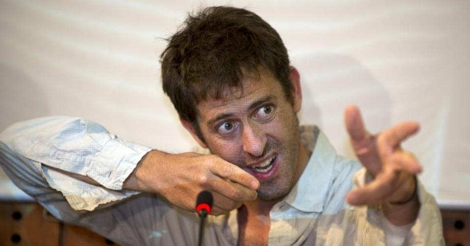 """31.mai.2012 - O jornalista francês Roméo Langlois gesticula durante coletiva de imprensa na embaixada francesa em Bogotá, na Colômbia, nesta quinta-feira (31). Ele foi libertado ontem após passar mais de um mês em poder das Farc (Forças Armadas Revolucionárias da Colômbia), e considerou o ocorrido um """"acidente de trabalho"""""""