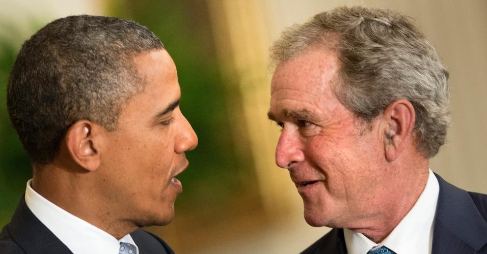 31.mai.2012 - O presidente dos Estados Unidos, Barack Obama, e o ex-presidente George W.Bush conversam nesta quinta-feira (31), durante cerimônia de inauguração do retrato oficial de Bush e de sua mulher, Laura Bush, na Casa Branca, em Washington