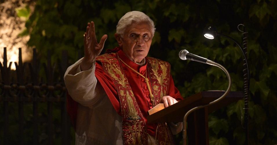 31.mai.2012 - Papa Bento 16 abençoa fiéis na gruta de Lurdes, nesta quinta-feira (31), no Vaticano, durante a celebração do fim do mês de Maria