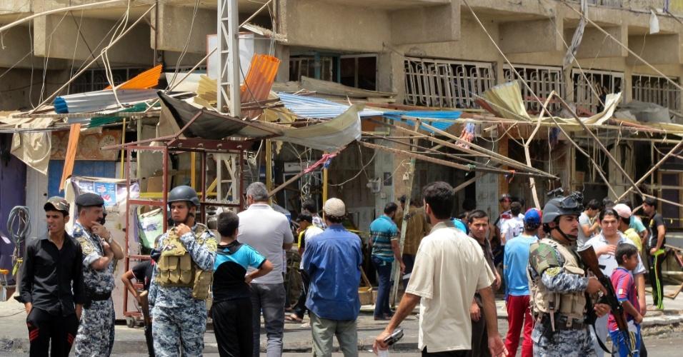 31.mai.2012 - Policiais observam nesta quinta-feira (31) local de ataque a bomba em Bagdá, no Iraque. Um caminhão explodiu, matando ao menos nove pessoas e deixando 27 feridos em área populosa da capital