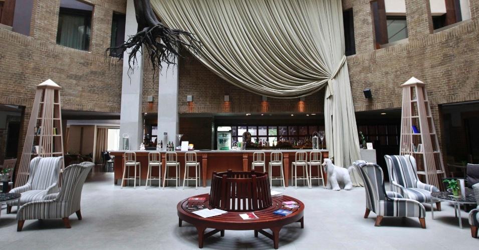 31.mai.2012 - Saguão vazio do hotel Imperial é visto no seu último dia de operações, em Atenas, na Grécia, nesta quinta-feira (31). O luxuoso cinco estrelas é mais uma vítima da crise econômica que assola o país, e foi obrigado a fechar as portas