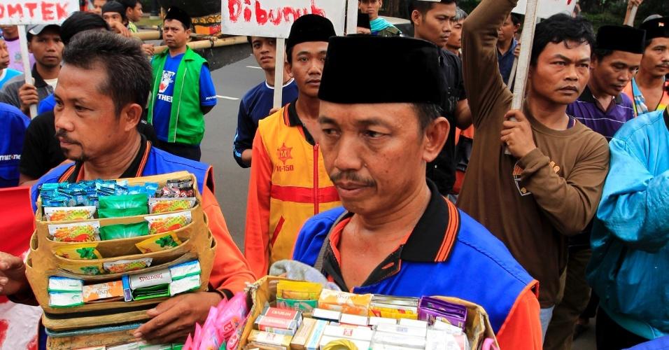 31.mai.2012 - Vendedores de cigarros promovem manifestação contra a celebração do Dia Mundial Sem Tabaco, nesta sexta-feira (31), enqua