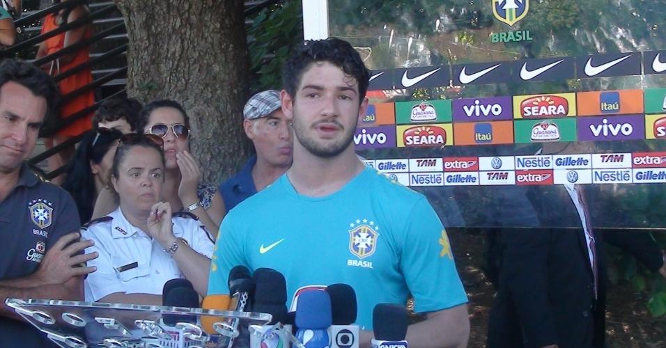 Alexandre Pato concede entrevista após o treino da seleção em Washington