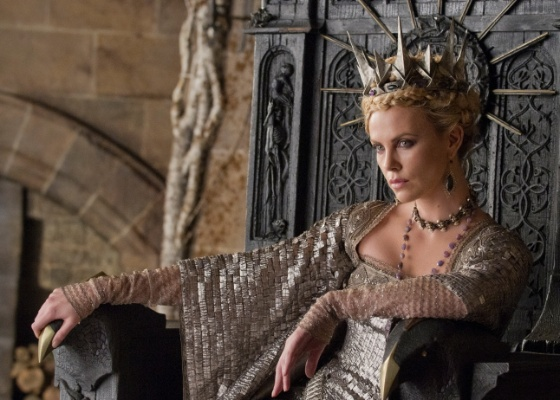 """Charlize Theron como a Rainha Má em cena de """"Branca de Neve e o Caçador"""""""