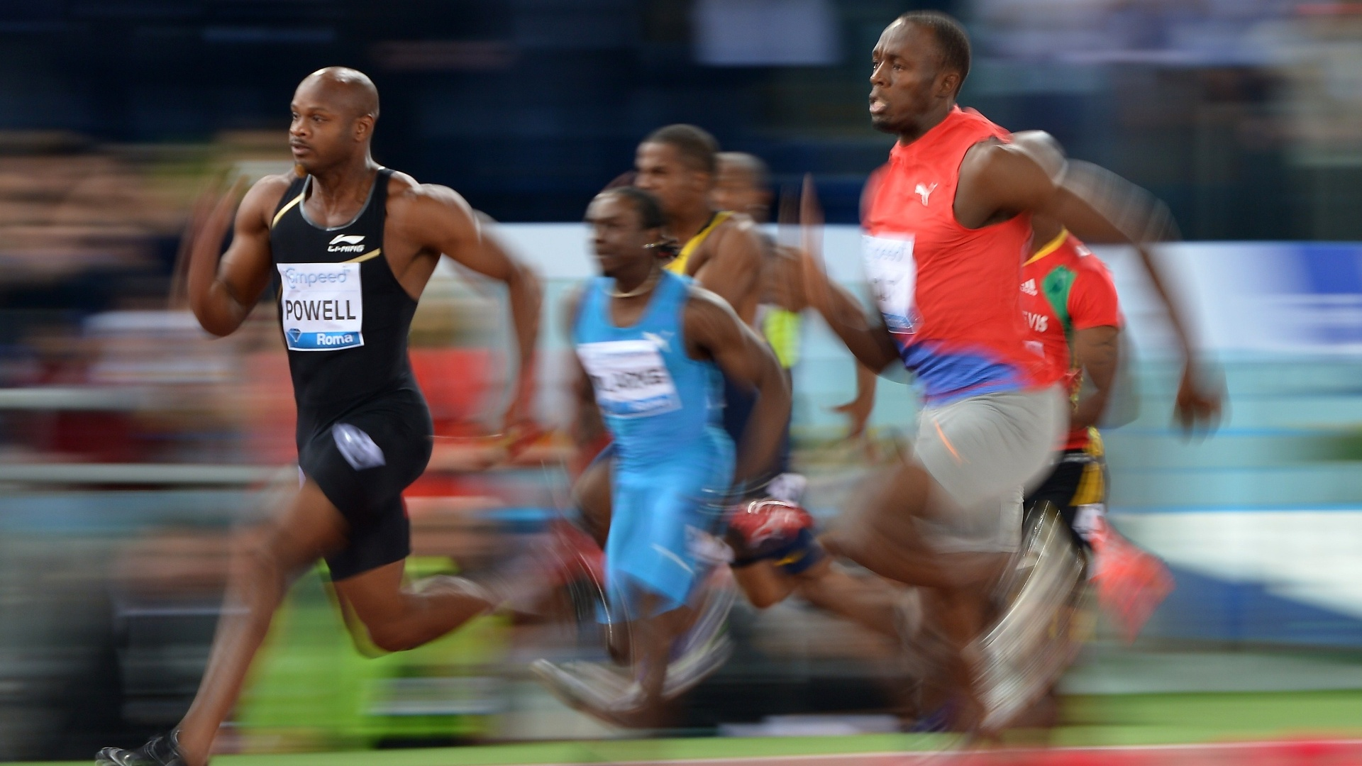 Foto mostra em detalhes o duelo particular entre Asafa Powell (e) e Usain Bolt nos 100 m na Liga de Diamante, em Roma (31/05/2012)