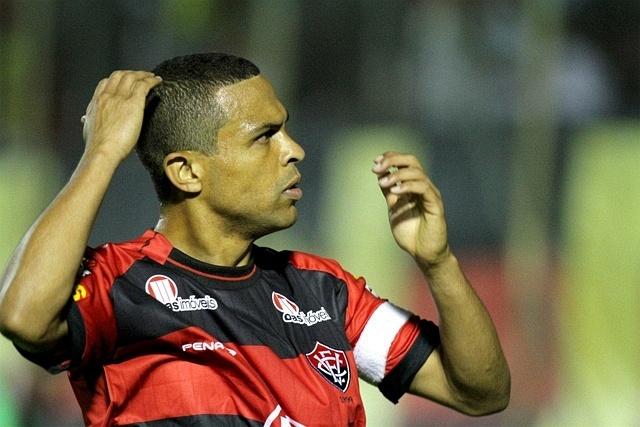 Geovanni, meia do Vitória, comemora gol contra o Salgueiro, no estádio Barradão, pela Série B (04/11/2011)