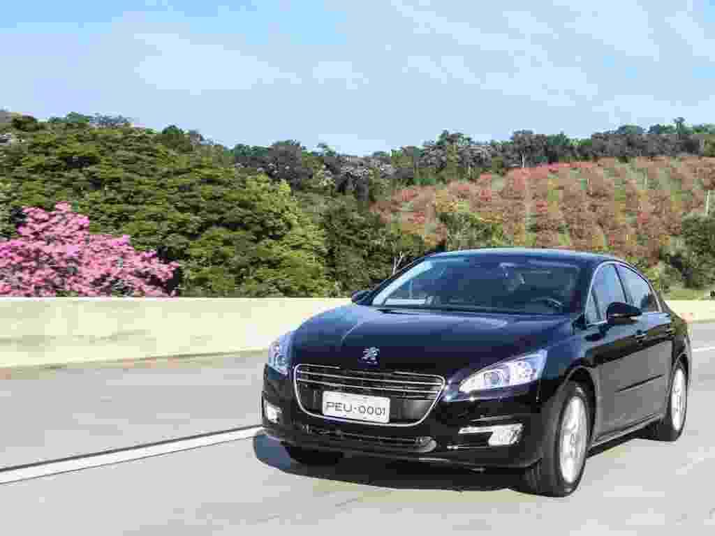 Peugeot traz ao Brasil o sedã grande 508, importado da França em versão única, por R$ 119.900. Modelo tem motor 1.6 THP, turbo, a gasolina, que gera 165 cv e torque de 24,5 kgfm, e câmbio automático de seis marchas com opção de trocas sequenciais no câmbio ou em borboletas atrás do volante - Divulgação