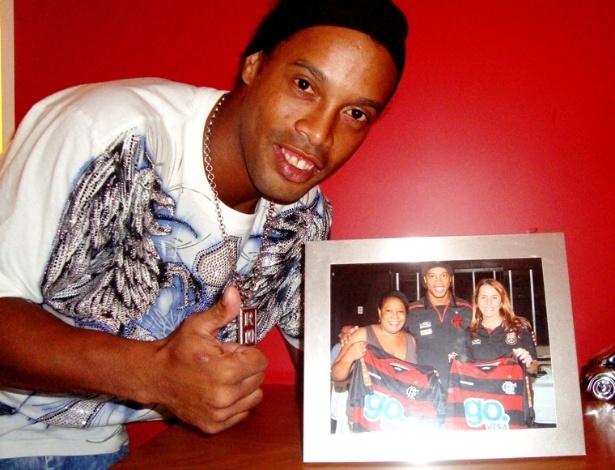 Ronaldinho sorri com quadro sobre o Flamengo em foto na sua casa (31/05/2012)