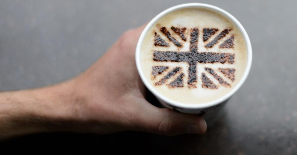 1º.jun.2012 - Homem mostra nesta sexta-feira (1º) cappuccino decorado com chocolate em pó, formando a bandeira da Inglaterra, em um café no centro de Londres, que homenageia o jubileu de diamante da rainha Elizabeth 2ª